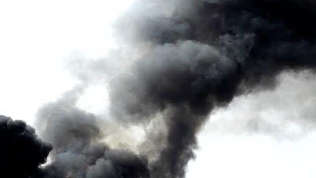 vidéos et rushes de hd: fumée noire dans le ciel - effort