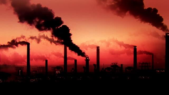 vídeos de stock e filmes b-roll de negro de fumo - chaminé de fábrica