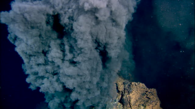 black smoker deep sea vent rises from ocean floor, mid atlantic ridge - 大自然威力 個影片檔及 b 捲影像