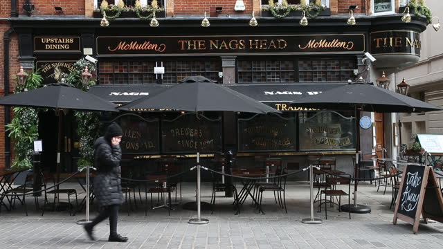 black sunshades and outdoor dining tables set up outside a pub at covent garden in london, u.k., on tuesday, may 11, 2021. u.k. prime minister boris... - flatten the curve stock videos & royalty-free footage