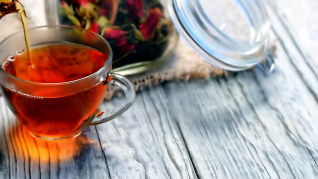Zwarte thee met rosebuds