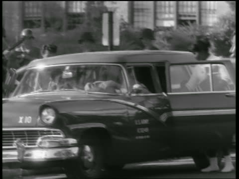 vídeos y material grabado en eventos de stock de black teen girls getting into us army national guard car guarded by soldiers - 1957