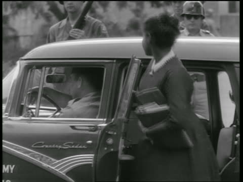 vídeos y material grabado en eventos de stock de black teen students getting into car guarded by national guard / little rock arkansas - 1957