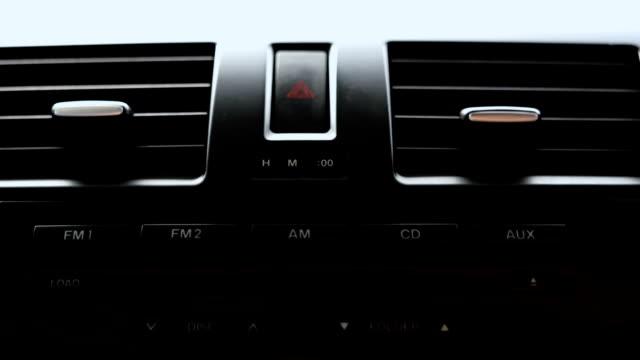 schwarzer ton der auto klimaanlage kühlergrill zeigt. - auto innenansicht stock-videos und b-roll-filmmaterial