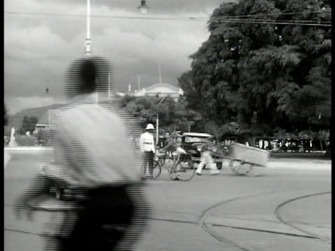 vidéos et rushes de black traffic policeman standing in street near monument cars bicycles people on street ws residential town gate black policeman on horseback... - antilles occidentales