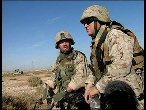 vídeos de stock e filmes b-roll de questions over preparedness/tactics sky fallujah ext us marines chatting us troops along armoured vehicles towards clean feed tape = d0509627 or... - fuzileiro naval