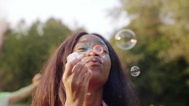 black woman at the summer festival/ katowice/ poland - schaum stock-videos und b-roll-filmmaterial