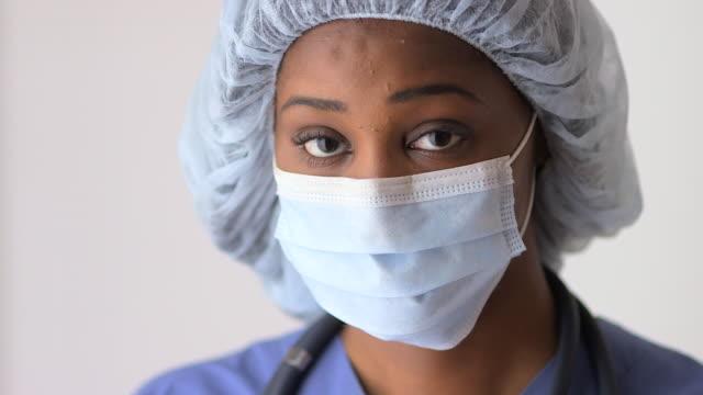 vidéos et rushes de black woman doctor wearing mask - masque de chirurgien
