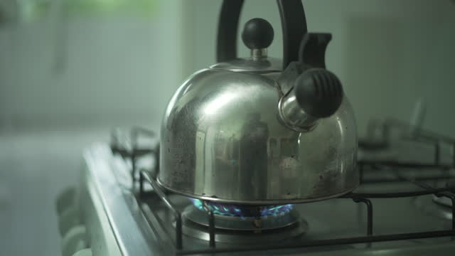 black woman filling a kettle with water - enchendo stock videos & royalty-free footage