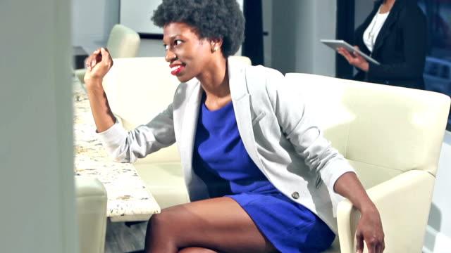 Zwarte vrouw in office bestuurskamer praten met iemand