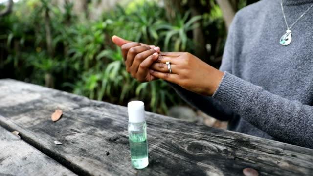 schwarze frau mit hand-sanitizer hände waschen - hygiene stock-videos und b-roll-filmmaterial