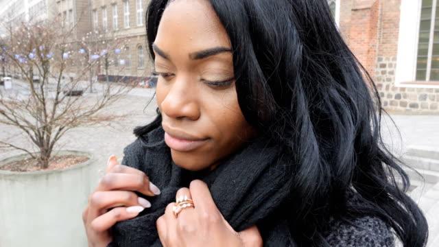 通りで歩いている黒人女性 - ウィンターコート点の映像素材/bロール
