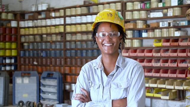 stockvideo's en b-roll-footage met zwarte vrouw die in drukinstallatie werkt - drukker