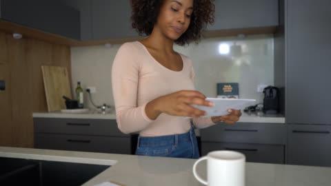 svart ung kvinna går igenom hennes mail och öppna ett kuvert - korrespondens bildbanksvideor och videomaterial från bakom kulisserna
