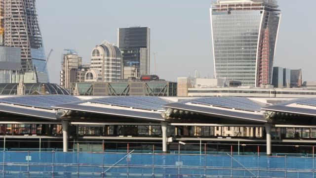 blackfriars bridge across the river thames in london, uk, is the world's largest solar bridge. its parapet contains over 4400 solar photo voltaic... - fuel and power generation stock videos & royalty-free footage