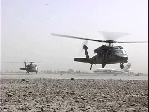 blackhawk military helicopter lifting off at baghdad airport / baghdad, iraq / audio - 2007 bildbanksvideor och videomaterial från bakom kulisserna