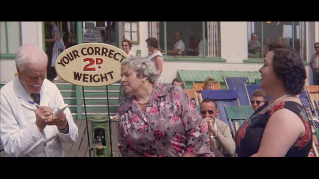 1960 - blackpool - correct weight station - blackpool stock-videos und b-roll-filmmaterial
