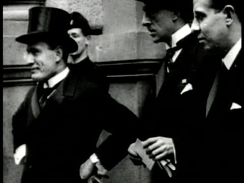 ws 'blackshirts' marching into rome vs young benito mussolini standing talking w/ top hat w/ other italian officials ms older mussolini talking from... - marciare video stock e b–roll