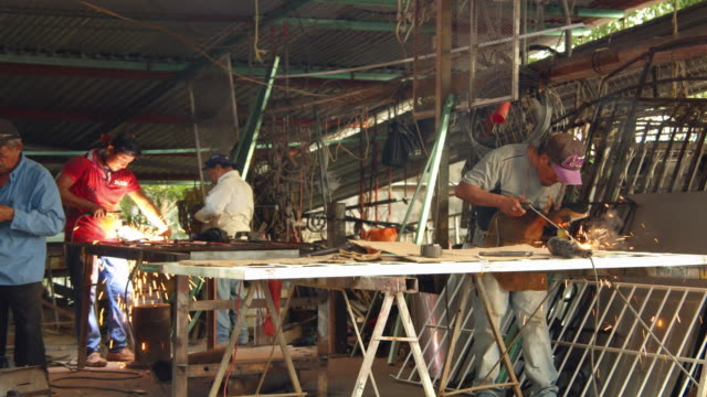 vídeos de stock e filmes b-roll de blacksmith men welding metal. palenque, chiapas, mexico - palenque