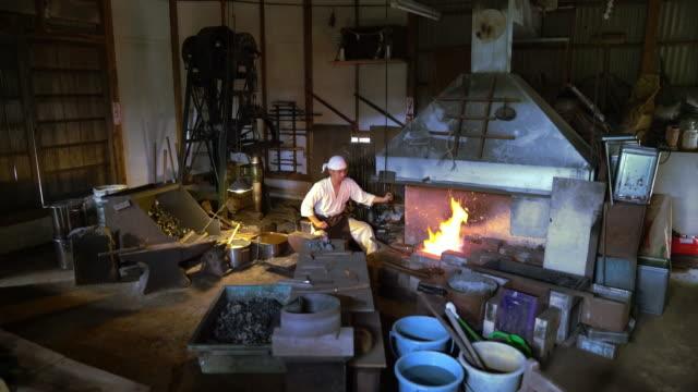 彼の炉のベローズ ポンプ鍛冶屋 - 作業場点の映像素材/bロール