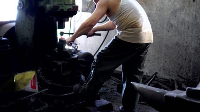 schmied gestaltung ein stück eisen mit hydraulischen pressmaschine - einzelner mann über 30 stock-videos und b-roll-filmmaterial