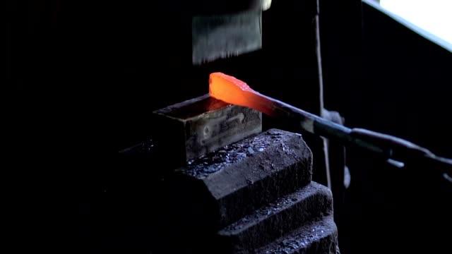 schmied gestaltung ein stück eisen mit hydraulischen pressmaschine - schmiede stock-videos und b-roll-filmmaterial