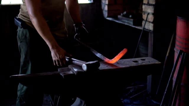 schmied gestaltung ein bügeleisen mit hammer - einzelner mann über 30 stock-videos und b-roll-filmmaterial