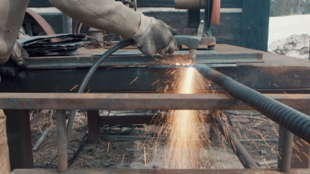 stockvideo's en b-roll-footage met blacksmith welding - metaalindustrie