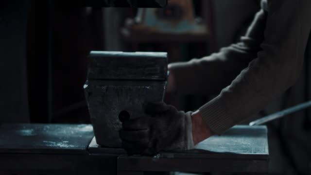 blacksmith working - ワーキングシニア点の映像素材/bロール