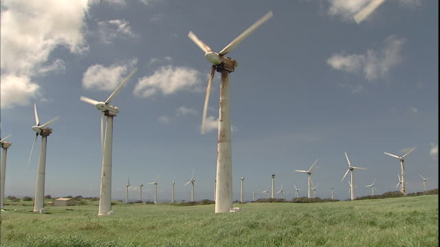 vidéos et rushes de blades spin on wind turbines. - big island îles hawaï