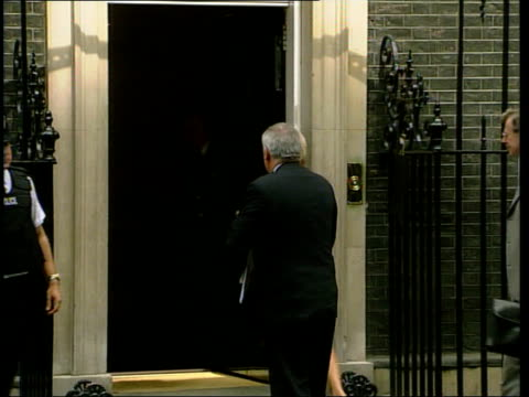 blair and aherne discuss police reform england london downing street ext irish prime minister bertie ahern along into number 10 for talks with tony... - バーティ アハーン点の映像素材/bロール