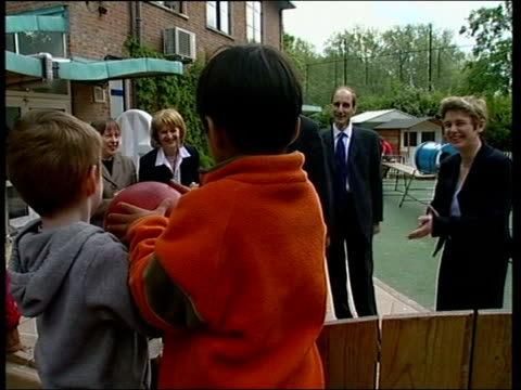 vidéos et rushes de blair meets new mps / adonis appointment row england london ruth kelly mp with young black boy with arms around shoulders pull out as chats with... - 2 kid in a sandbox