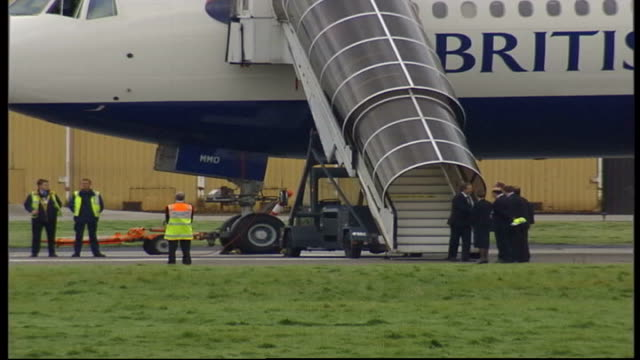 blair returns from talks with bush; scotland: aberdeen: ext lms prime minister tony blair mp down steps from aircraft on return from camp david talks... - aberdeen schottland stock-videos und b-roll-filmmaterial