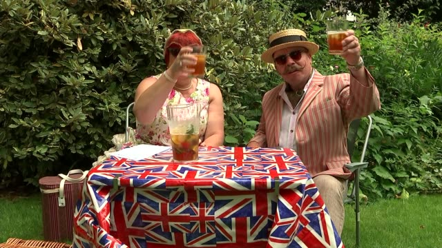 vídeos de stock, filmes e b-roll de blair says corbyn can win an election england london ext people attending the chap olympiad event including woman twirling a union jack flag umbrella... - toalha de mesa