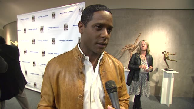 vidéos et rushes de blair underwood on attending opening night of 'a raisin in the sun' at the ebony repertory theater and on what makes the play timeless at the actress... - blair underwood