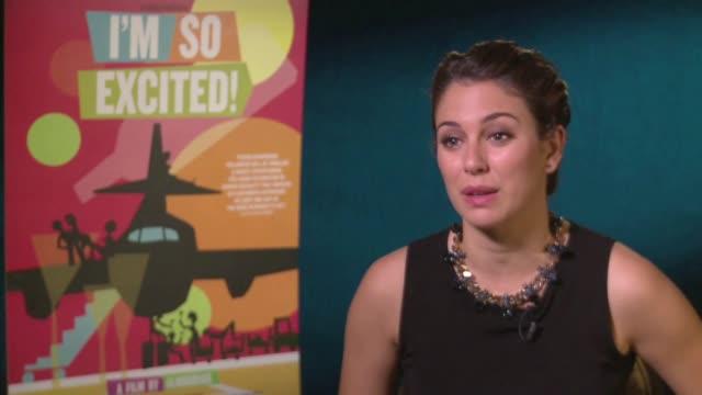 blanca suarez describe su experiencia trabajando con pedro almodovar, habla de que se trata la pelicula, habla de lo que sucede entre los personajes... - avion stock-videos und b-roll-filmmaterial