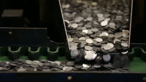 vídeos de stock e filmes b-roll de blank coins. the royal mint, formed over 1,100 years to produce coins for england and later great britain, is now the world's leading export mint,... - making money