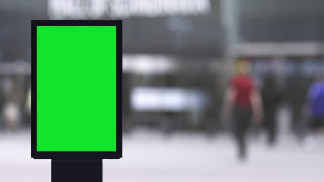 vidéos et rushes de panneau d'affichage électronique blanc à l'extérieur d'un magasin - affiche