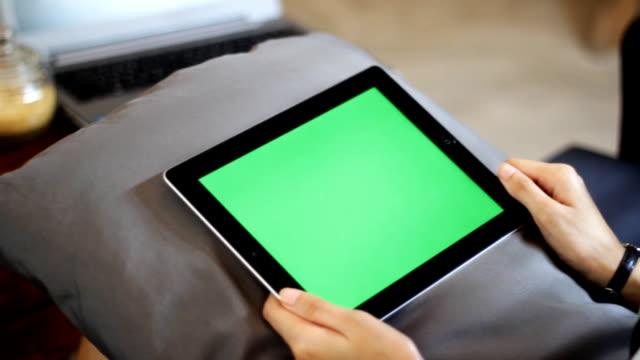 leere grüne bildschirm tablet-pcs mit der hand, nahaufnahme - halten stock-videos und b-roll-filmmaterial