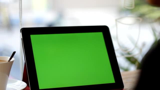 leere grüne bildschirm tablet folie mit der hand, nahaufnahme - halten stock-videos und b-roll-filmmaterial