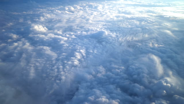 vídeos de stock, filmes e b-roll de cobertor de nuvens da janela do avião - acima