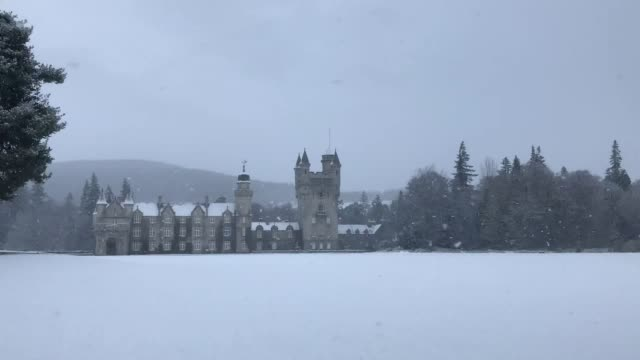 vídeos y material grabado en eventos de stock de blanket of snow covers the grounds and surrounding area of balmoral castle. the met office has issued a yellow weather warning for ice and snow... - rodear