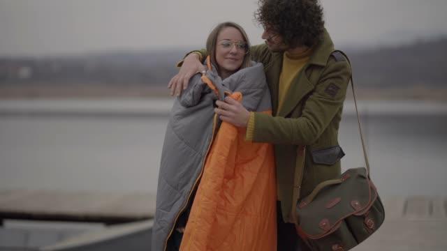 あなたは暖かい得るため毛布 - 寝袋点の映像素材/bロール