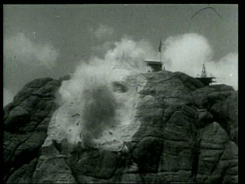 vidéos et rushes de blasting on mount rushmore starts the rough bust of george washington - monument national du mont rushmore