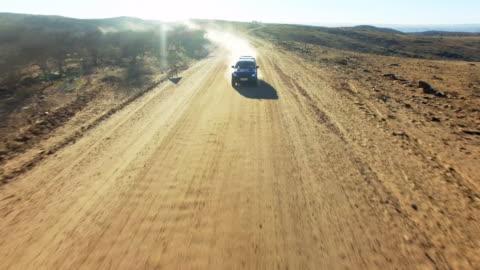 vídeos y material grabado en eventos de stock de ardiente a través del desierto de namibia - carretera de tierra