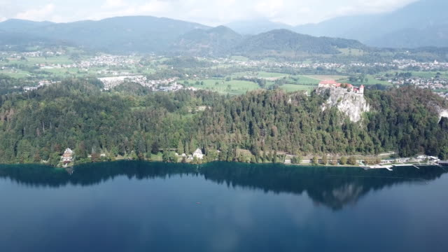bled castle, aerial - lago di bled video stock e b–roll