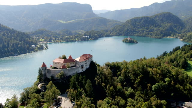 vidéos et rushes de aerial bled castle and lake bled / slovenia - slovénie