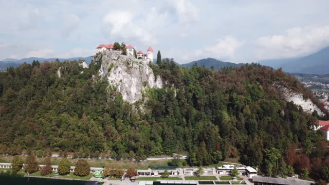 bled castle in slovenia, aerial - lago di bled video stock e b–roll