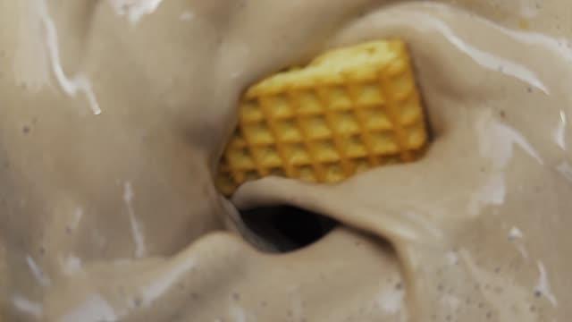 スローモーションでのクッキーとクリームのブレンド - ブレンダー点の映像素材/bロール