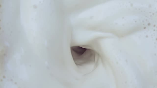 milch in zeitlupe mischen - mixer stock-videos und b-roll-filmmaterial